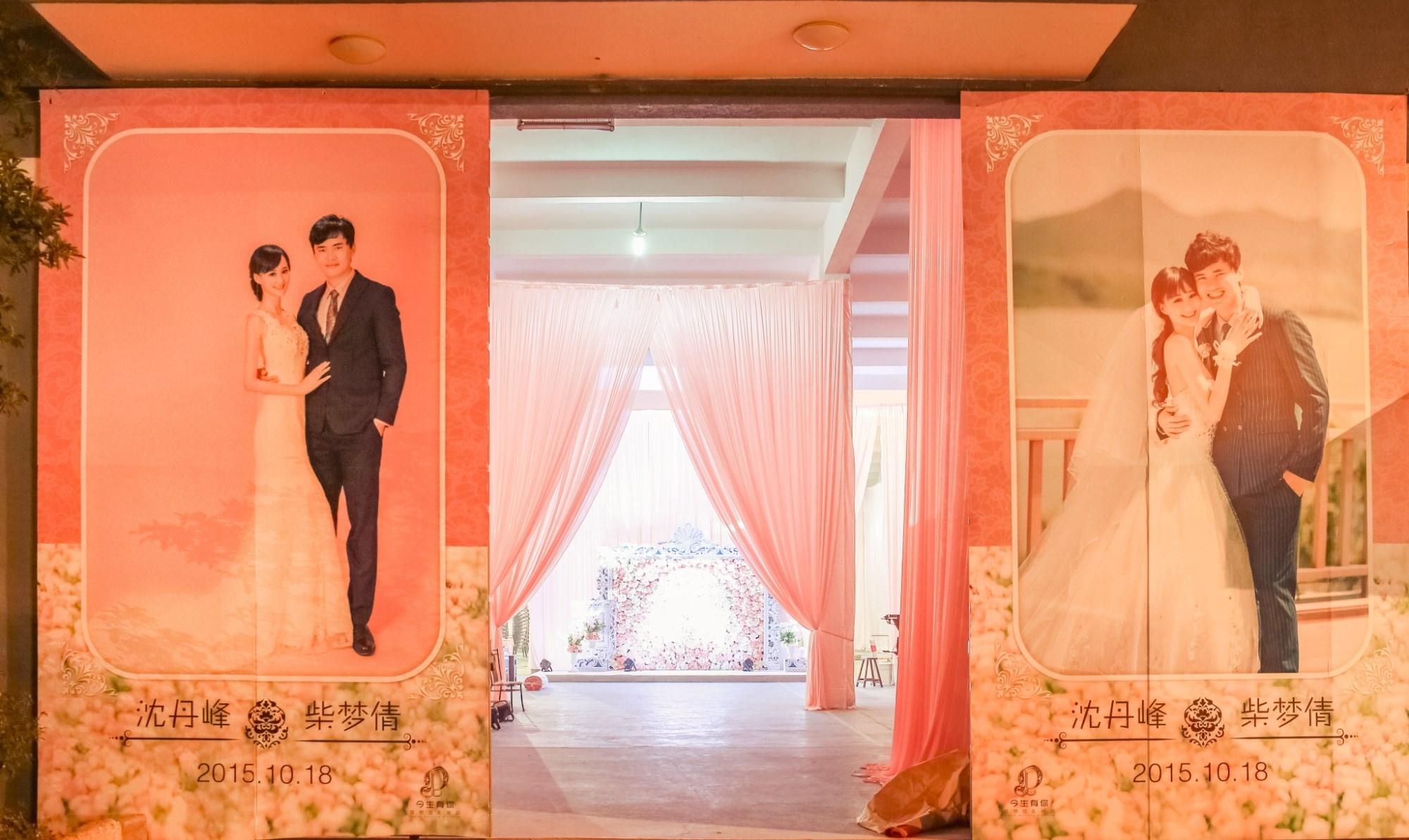 迎宾区欧式相框花墙设计装饰 婚礼现场入口处两侧新人照片墙 婚礼迎宾